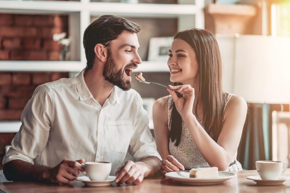 Man und Frau Essen zusammen