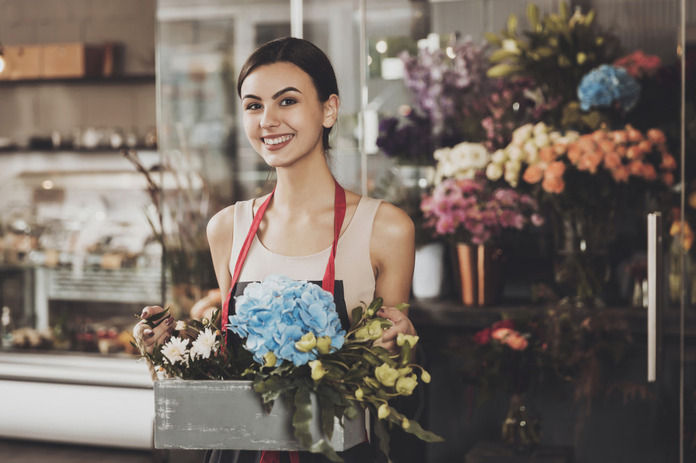 Junge Frau verkauft Blumen