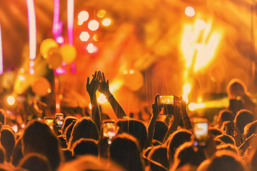 Feiernde Menschen auf einem Musikfestival.