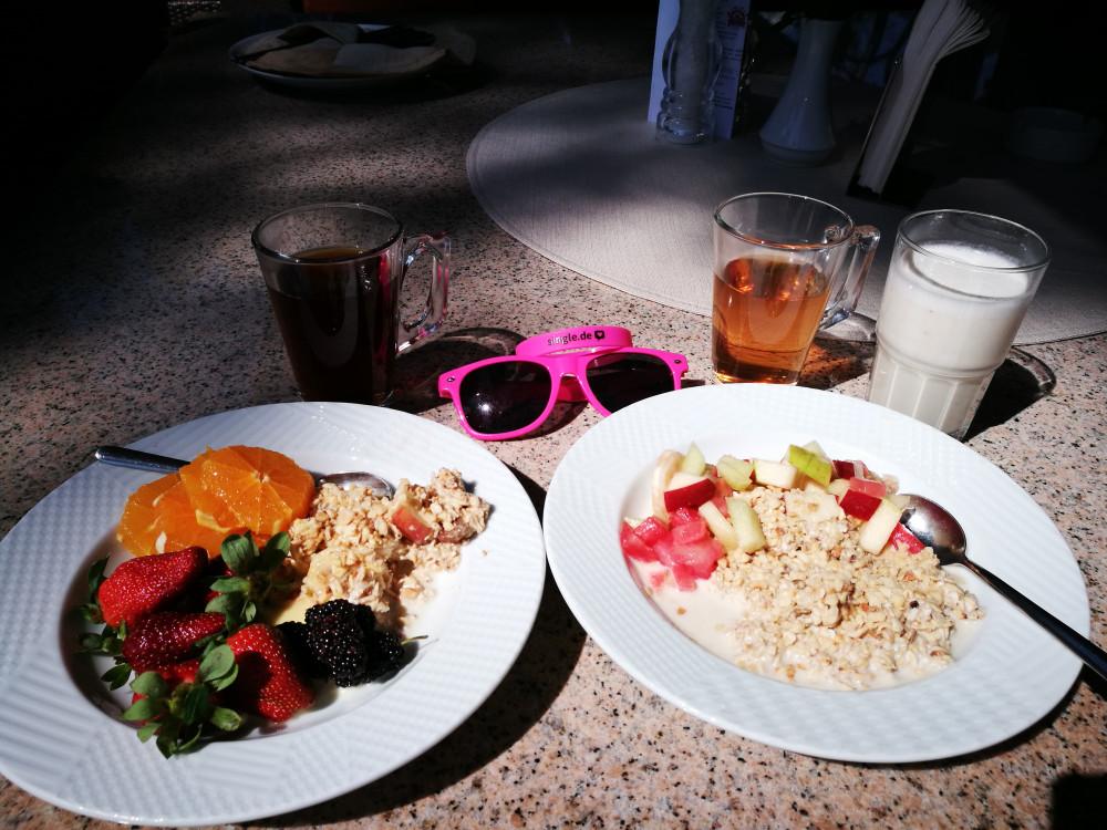 Leckeres, gesundes Frühstück mit Müsli und Obst.