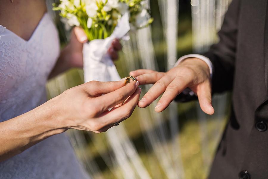 Der Ringtausch bei einer Hochzeit in Nahaufnahme.