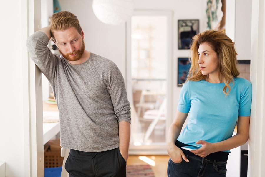 Die Frau macht ihrem Mann ein schlechtes Gewissen