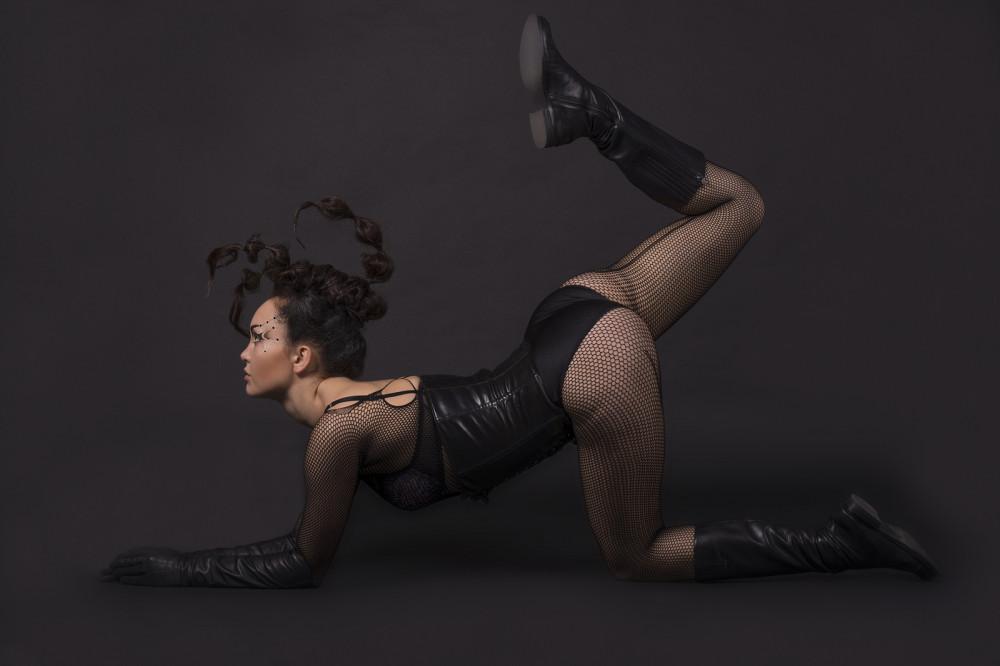 Frau verkleidet als Skorpion mit geflochtenen Zöpfen.