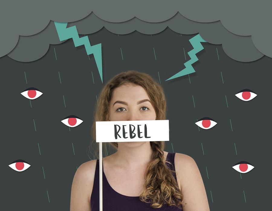 Frau vor animiertem Hintergrund mit Rebel Schild vor dem Mund.
